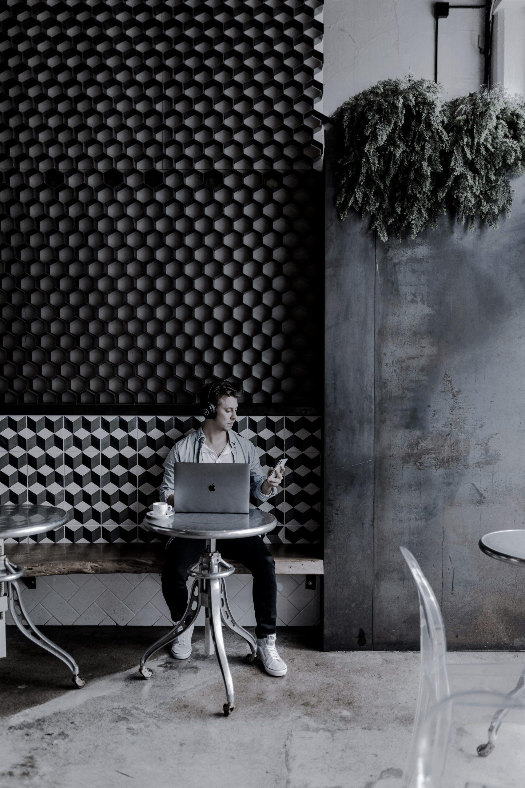 Mobiles arbeiten im Cafe mit Laptop/Notebook und Mobilgerät.