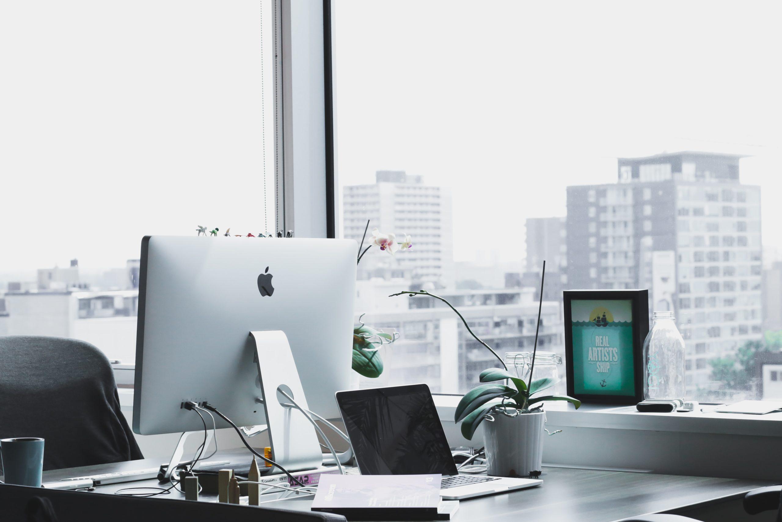 Schreibtisch Arbeitsplatz PC und Notebook Fenster