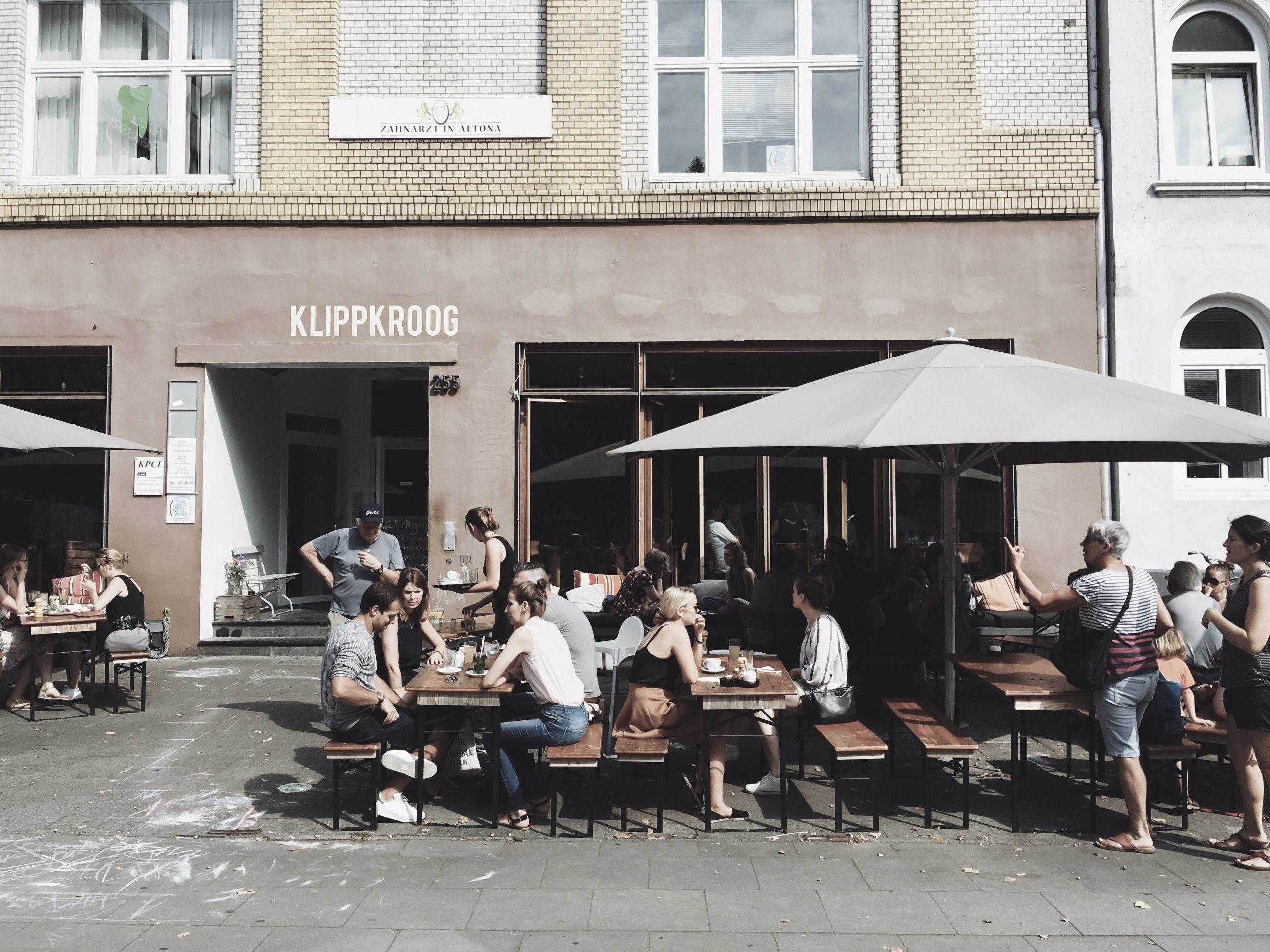 außenbereich_cafe_menschen_sitzen_mobiles_arbeiten