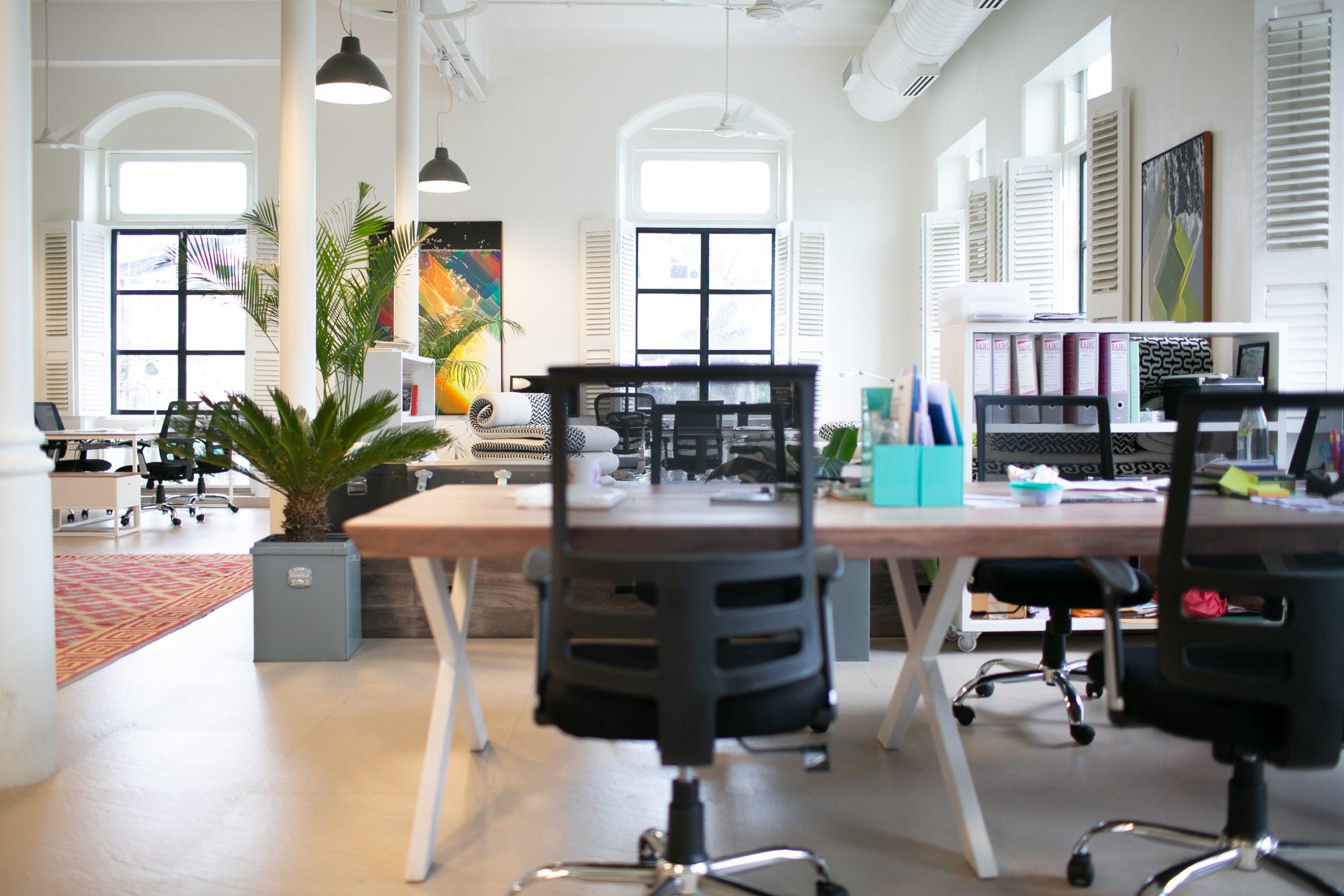 Arbeitsplätz_Bürostühle_Ordner_Büro